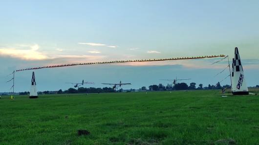 Naujas Lietuvos rekordas – trijų vaikų aviacijos sklandytuvų sinchroninis skrydis.